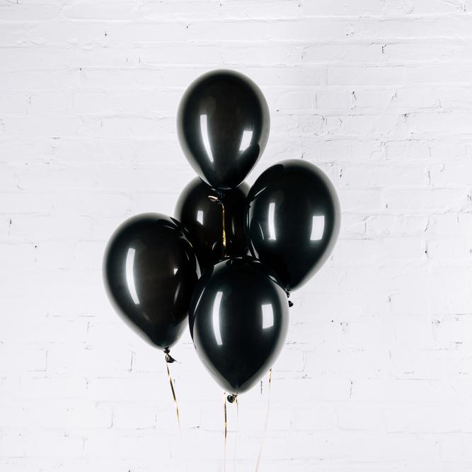 ballons noirs sur fond blanc